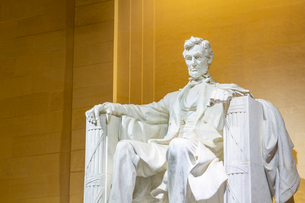 View of Lincoln statue in the Lincoln Memorial at night, Washington D.C., United States of America,の写真素材 [FYI03799550]