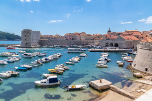 View of harbour, Dubrovnik Old Town, UNESCO World Heritage Site, and Adriatic Sea, Dubrovnik, Dalmatの写真素材 [FYI03799585]