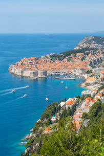 View of Old Walled City of Dubrovnik, UNESCO World Heritage Site, and Adriatic Sea from elevated posの写真素材 [FYI03799599]