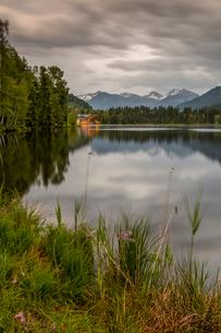 Lake side bar and mountainous backdrop at Schwarzsee near Kitzbuhel, Tyrol, Austria, Europeの写真素材 [FYI03799623]
