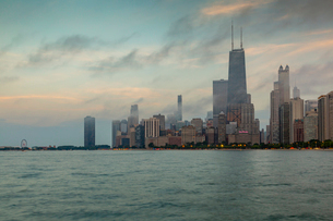 View of Chicago skyline from North Beach at dusk, Downtown Chicago, Illinois, United States of Ameriの写真素材 [FYI03799658]