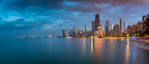 View of Chicago skyline at dusk from North Shore, Chicago, Illinois, United States of America, Northの写真素材 [FYI03799668]
