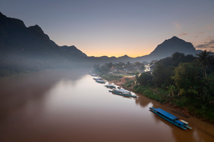 Sunset over the misty Nam Ou River at the village of Nong Khiaw, Luang Prabang Province, Northern Laの写真素材 [FYI03799676]