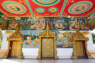 Murals and golden doors at the entrance of the Wat Inpeng Buddhist temple, Rue Samsenthai, Vientianeの写真素材 [FYI03799701]