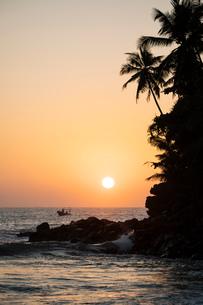Sunrise at Talalla Beach, South Coast, Sri Lanka, Asiaの写真素材 [FYI03799773]
