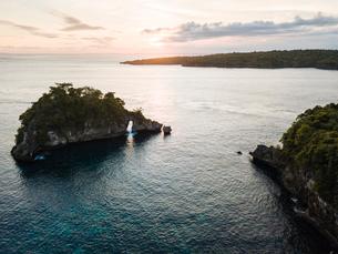 Crystal Bay at sunset, Nusa Penida, Bali, Indonesia, Southeast Asia, Asiaの写真素材 [FYI03799811]