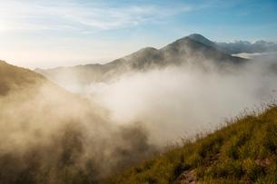 View at sunrise from Summit of Mount Batur, Batur, Bali, Indonesia, Southeast Asia, Asiaの写真素材 [FYI03799841]