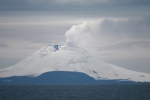 Saunders Island with steam rising from the lava lake, South Sandwich Islands, Polar Regionsの写真素材 [FYI03799892]