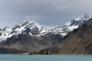 King Edward Point research station at the foot of the snow covered Allardyce Range, South Georgia, Pの写真素材 [FYI03799906]