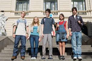 Teenagers standing on college stepsの写真素材 [FYI03799964]