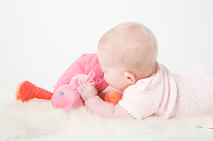 Baby girl holding a toyの写真素材 [FYI03800159]