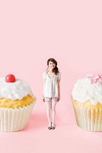Small woman and big cakesの写真素材 [FYI03800250]