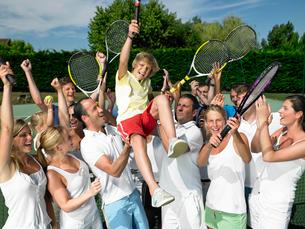People raising the winner, tennis courtの写真素材 [FYI03800367]