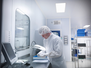 Scientist with product in clean roomの写真素材 [FYI03800491]