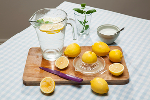 Lemons, juicer and pitcher of waterの写真素材 [FYI03800539]
