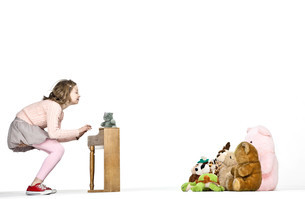 Girl playing miniature piano for teddy bearsの写真素材 [FYI03800663]