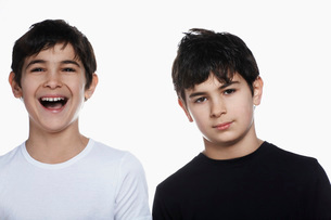 Studio portrait of twin boys, one laughingの写真素材 [FYI03800664]