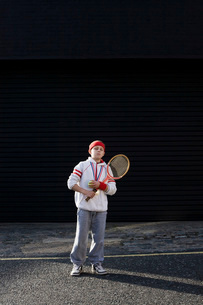 Boy holding tennis racketの写真素材 [FYI03800677]