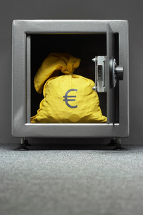 Sack with Euro symbol in safeの写真素材 [FYI03800840]