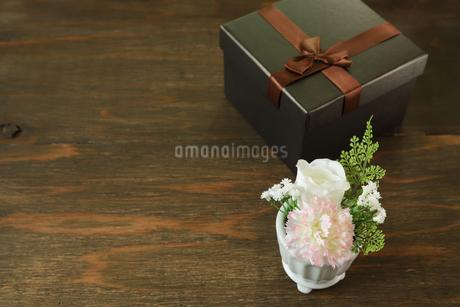 造花とギフトボックスの写真素材 [FYI03801218]