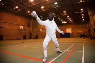 Senior man in fencing suit holding foilの写真素材 [FYI03801442]