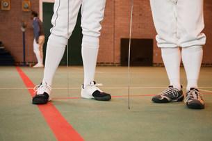 Senior men in fencing suit, low sectionの写真素材 [FYI03801449]