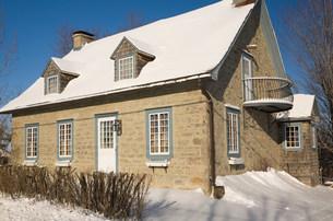 House exterior in snowの写真素材 [FYI03801454]