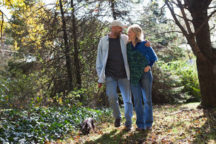 Mature couple walking dogの写真素材 [FYI03801461]