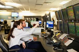 People working in security control roomの写真素材 [FYI03801527]