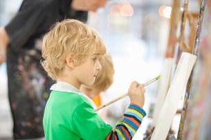 Boy paintingの写真素材 [FYI03801593]