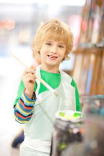 Boy with paintbrushの写真素材 [FYI03801594]