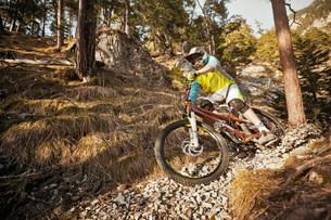 Man mountain biking on rocksの写真素材 [FYI03801633]