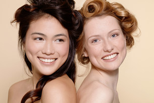 Two young women, one brunette and one redheadの写真素材 [FYI03801635]