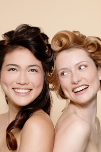Two young women, one brunette and one redheadの写真素材 [FYI03801643]