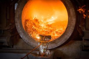 Raking liquid aluminum from furnace at recycling plantの写真素材 [FYI03801727]