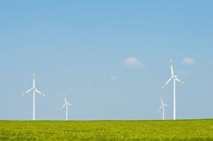 Wind turbines on horizon, Selfkant, Germanyの写真素材 [FYI03801756]
