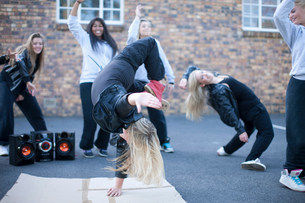 Blond girl breakdancing in playgroundの写真素材 [FYI03801763]