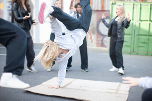Group of girls breakdancing in playgroundの写真素材 [FYI03801770]