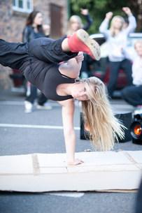Girl breakdancing in carparkの写真素材 [FYI03801773]