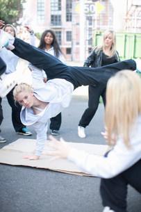 Girl breakdancing in playgroundの写真素材 [FYI03801778]