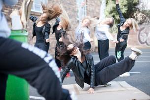 Group of girls breakdancing in carparkの写真素材 [FYI03801779]