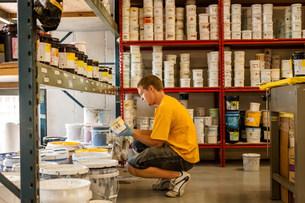 Man looking for ink in screen print workshopの写真素材 [FYI03801787]