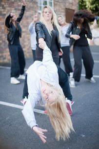 Girls dancing in carparkの写真素材 [FYI03801790]