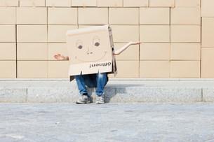 Man wearing cardboard box covering his headの写真素材 [FYI03801830]