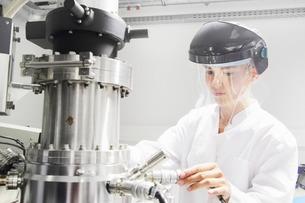 Technician working in optical laboratoryの写真素材 [FYI03801837]
