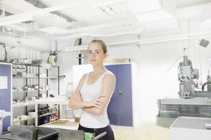 Technician working in optical laboratoryの写真素材 [FYI03801842]