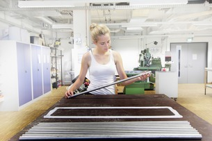Technician working in optical laboratoryの写真素材 [FYI03801848]