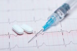 Syringe, pills and healthy electrocardiogramの写真素材 [FYI03801946]
