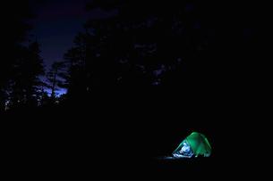 Female backpacker camping alone, Mount Charleston, Nevada, USAの写真素材 [FYI03802029]