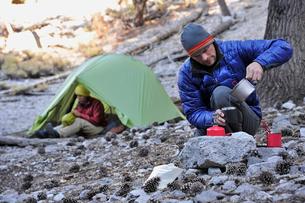 Backpacker couple camping, Mount Charleston, Nevada, USAの写真素材 [FYI03802036]